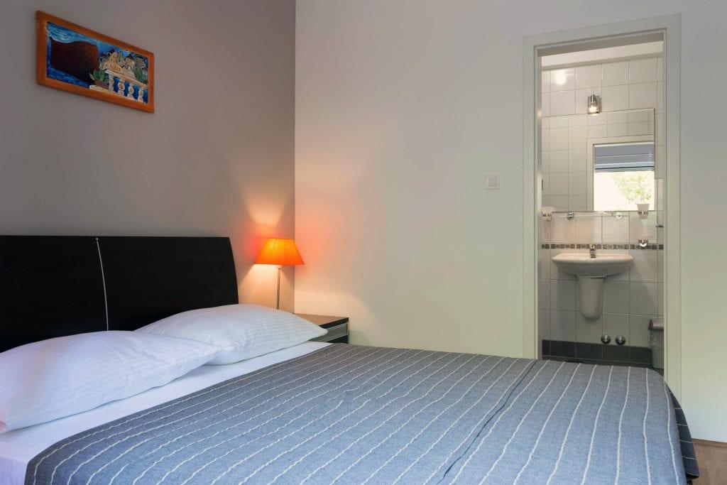 Zavala 222 A2 bedroom with bathroom